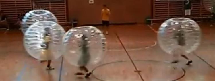 Уникален футбол с играчи балони (ВИДЕО)