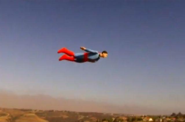 Супермен лети в небето над Сан Диего (ВИДЕО)