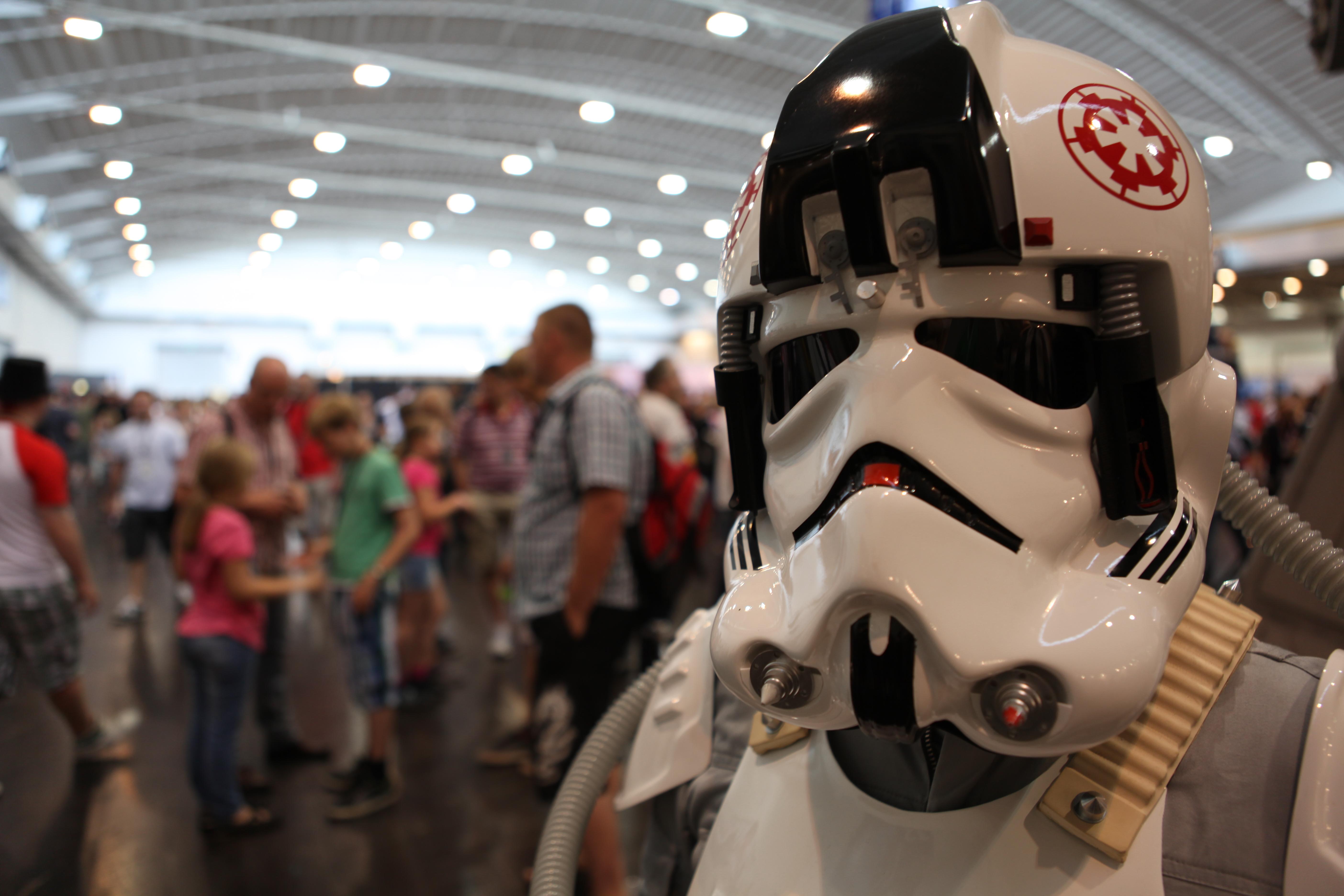 """20 000 фенове на """"Междузвездни войни"""" трещяха в Германия"""