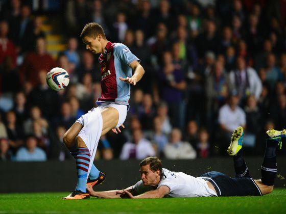 Футболист съблече противник по време на мач (ВИДЕО)