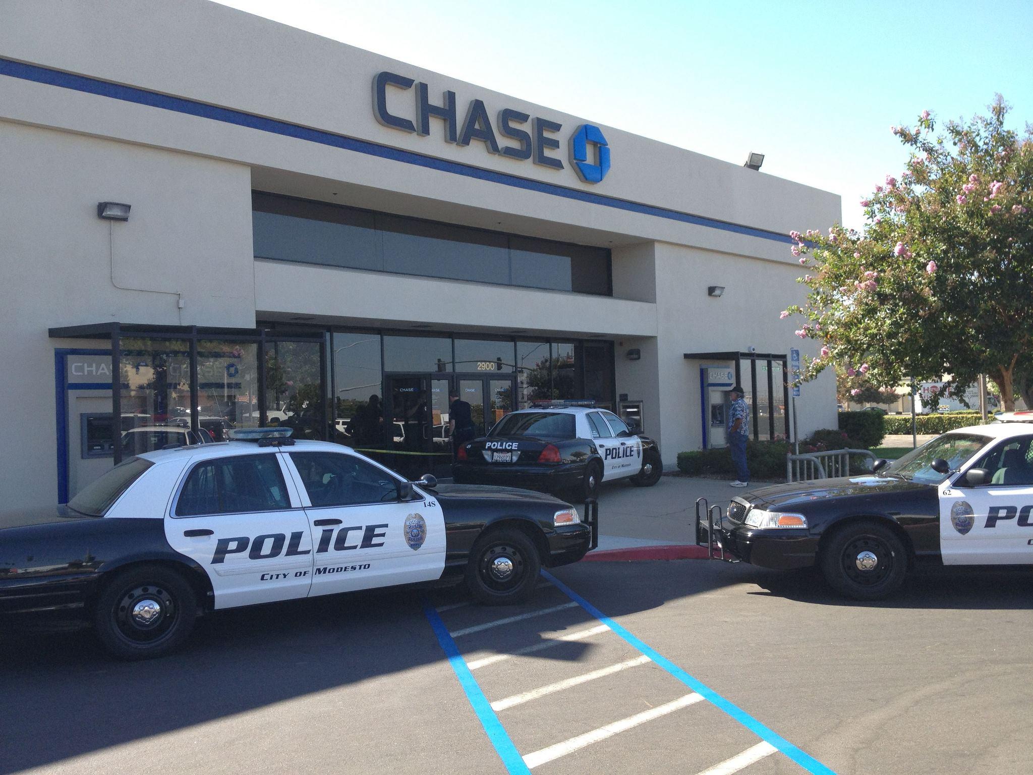 Банкови обирджии станаха за смях – прокопаха тунел до полицейски участък