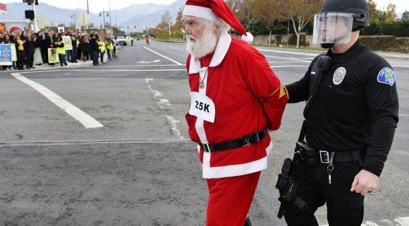 Полицаи хванаха в нарушение Дядо Коледа