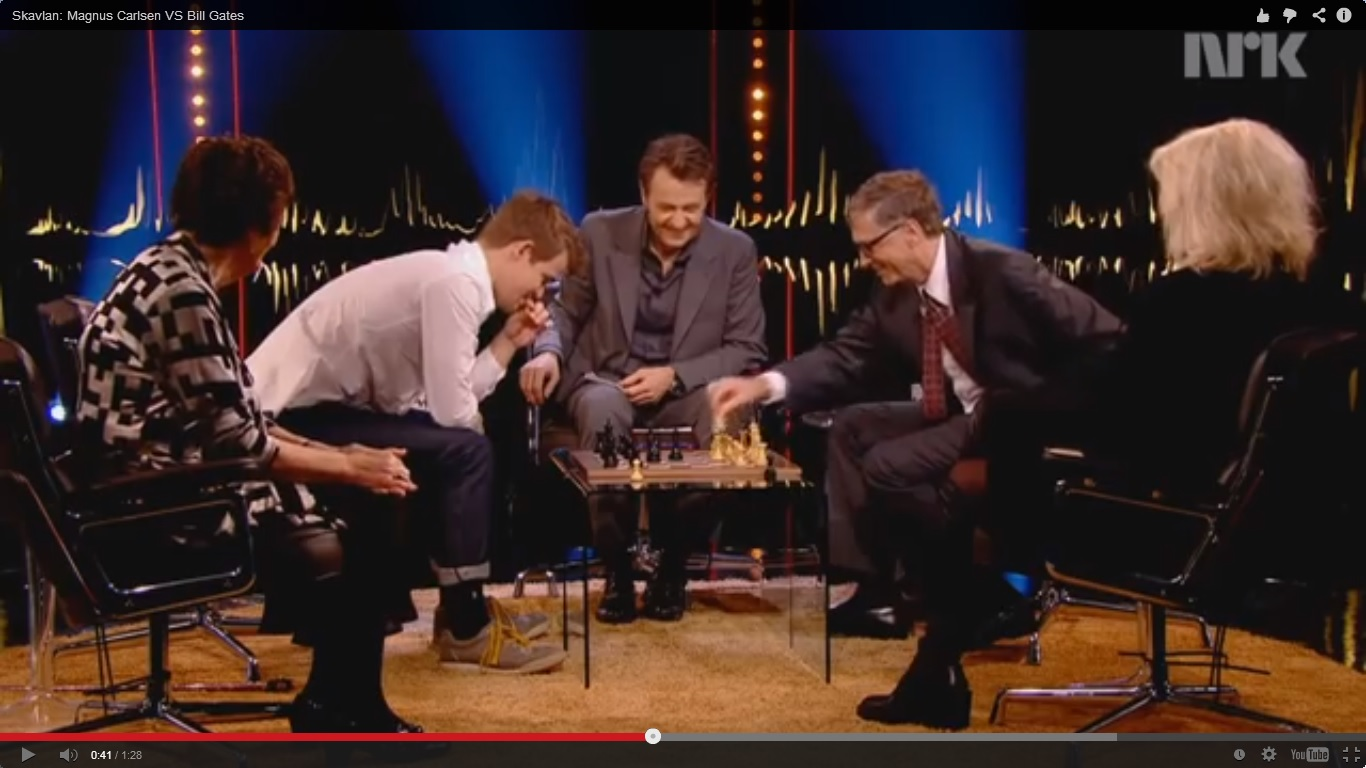 Бил Гейтс пада на шах за секунди (ВИДЕО)
