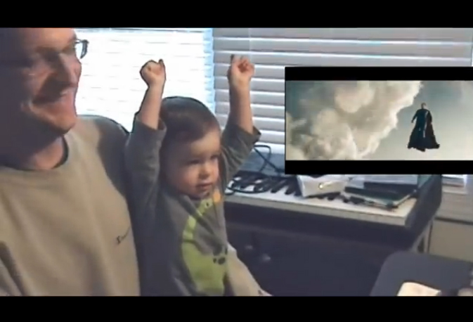 Бебок се кефи на Супермен, както ние на бюста на Пам (ВИДЕО)
