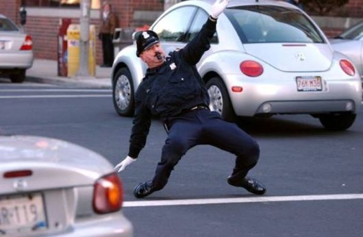 Да преметнеш полицай с шоколадов телефон (ВИДЕО)