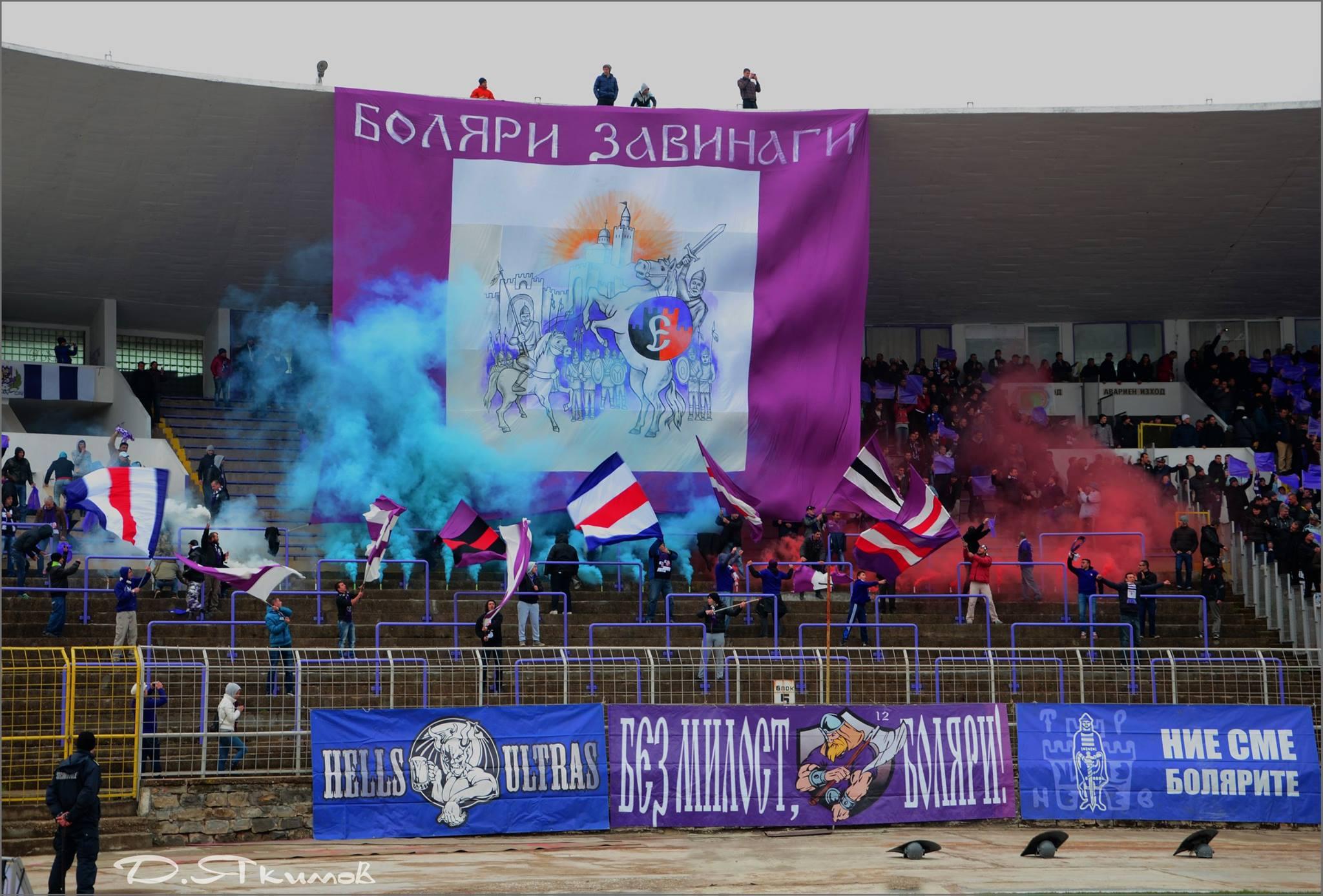 Шоу, ексцесии, бомби и димки по стадионите в България през седмицата (ВИДЕО)