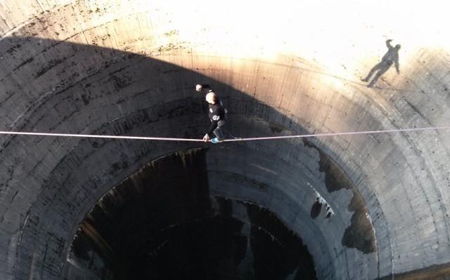 Да ходиш по въже на 60 метра височина (ВИДЕО)