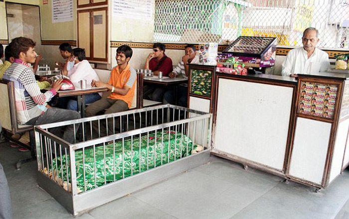 Най-зловещият ресторант на света е пълен с ковчези (СНИМКИ)