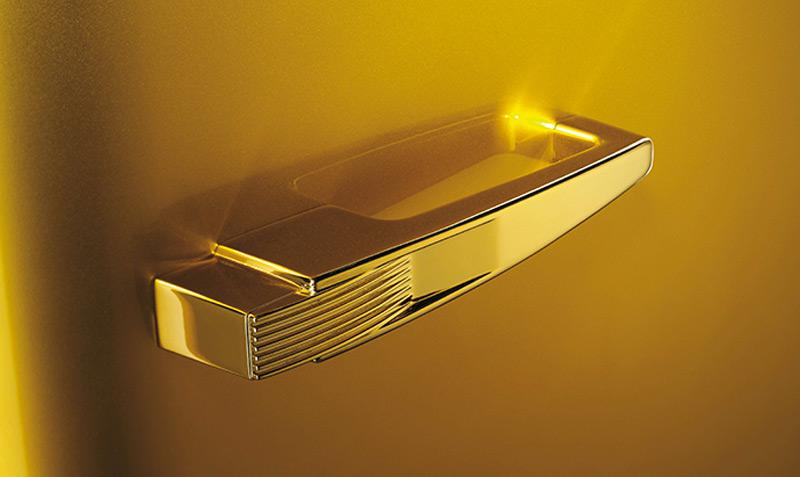 На вниманието на всяка кифла: Хладилник от злато и Сваровски