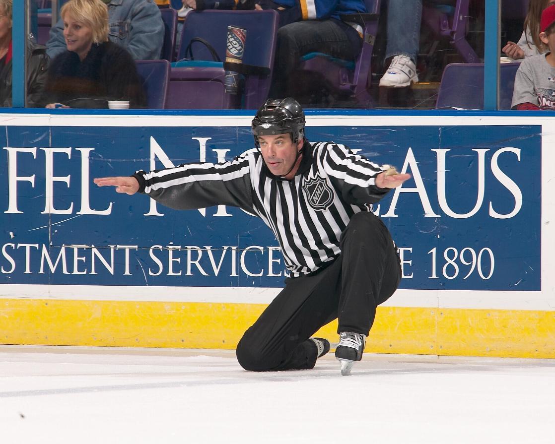 Така се прави: Пиян рефер танцува на хокеен мач (ВИДЕО)