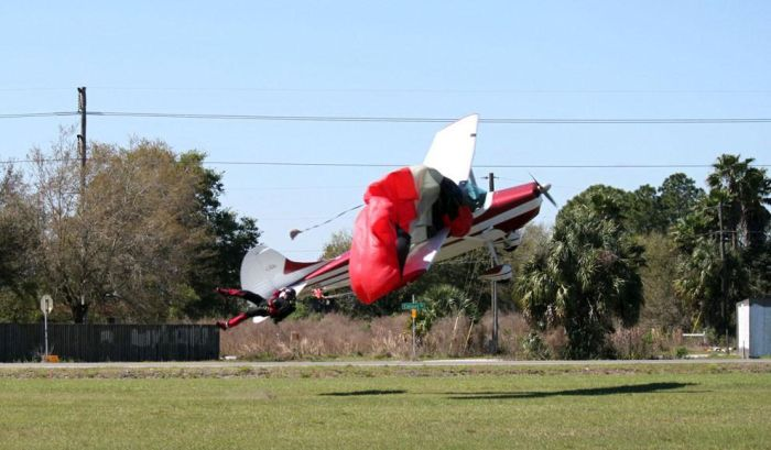 Няма шега: Самолет нацели парашутист във въздуха (СНИМКИ)