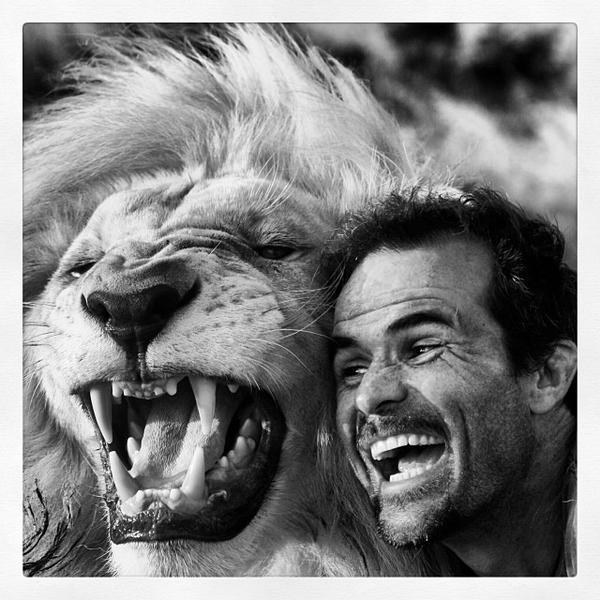 Невероятното приятелство между човек и лъв
