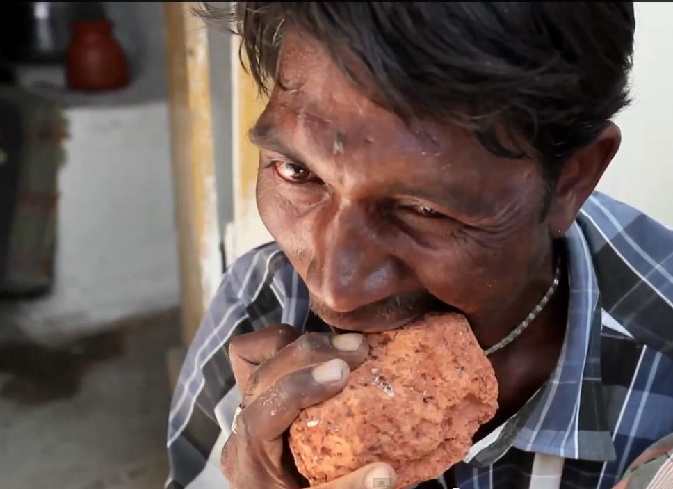 Индиецът, който яде тухли и пясък (ВИДЕО)