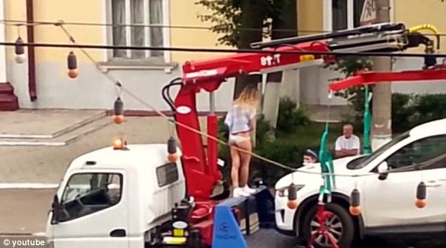 """А пък тя направи стриптийз на """"паяка"""", за да не й вдигнат колата (ВИДЕО)"""