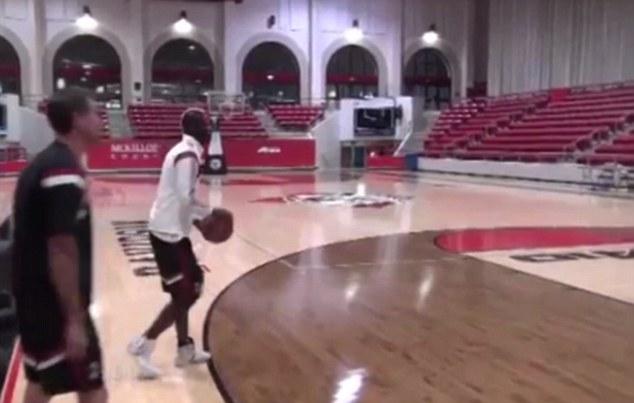 Лудата глава Балотели с луда забивка на баскет (ВИДЕО)