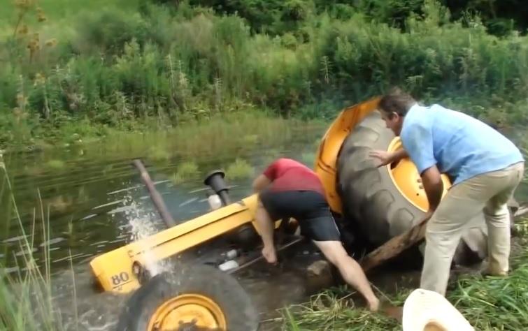 Идиоти с трактори. Мре се от смях (ВИДЕО)
