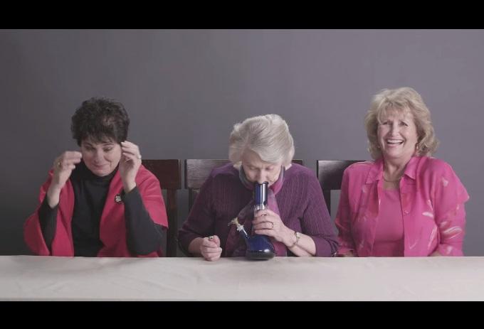 Бабички пушат марихуана за първи път (ВИДЕО)