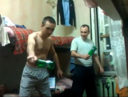 Бирена бутилка се оказа по-здрава от главата на руснак (ВИДЕО)
