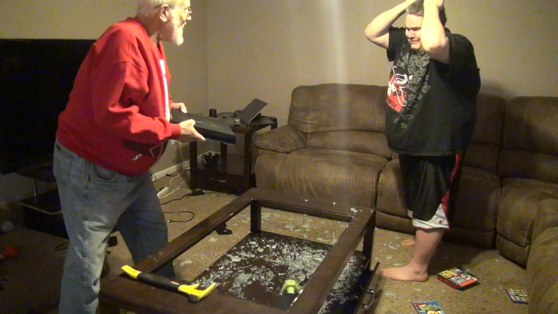 Гневен дядо прави PS4 на трески