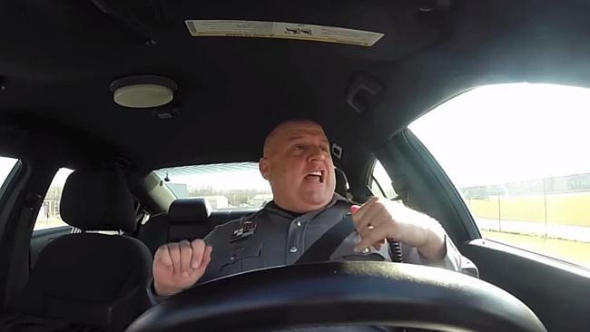 Полицай денси като Taylor Swift докато патрулира (ВИДЕО)