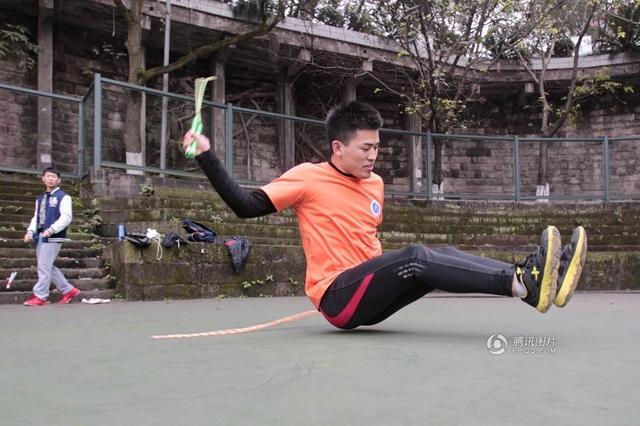 Китаец поставя рекорд за подскачане с гъз (ВИДЕО)