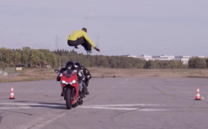 Той прескочи 2 мотора, които се движат със 110 км/ч (ВИДЕО)
