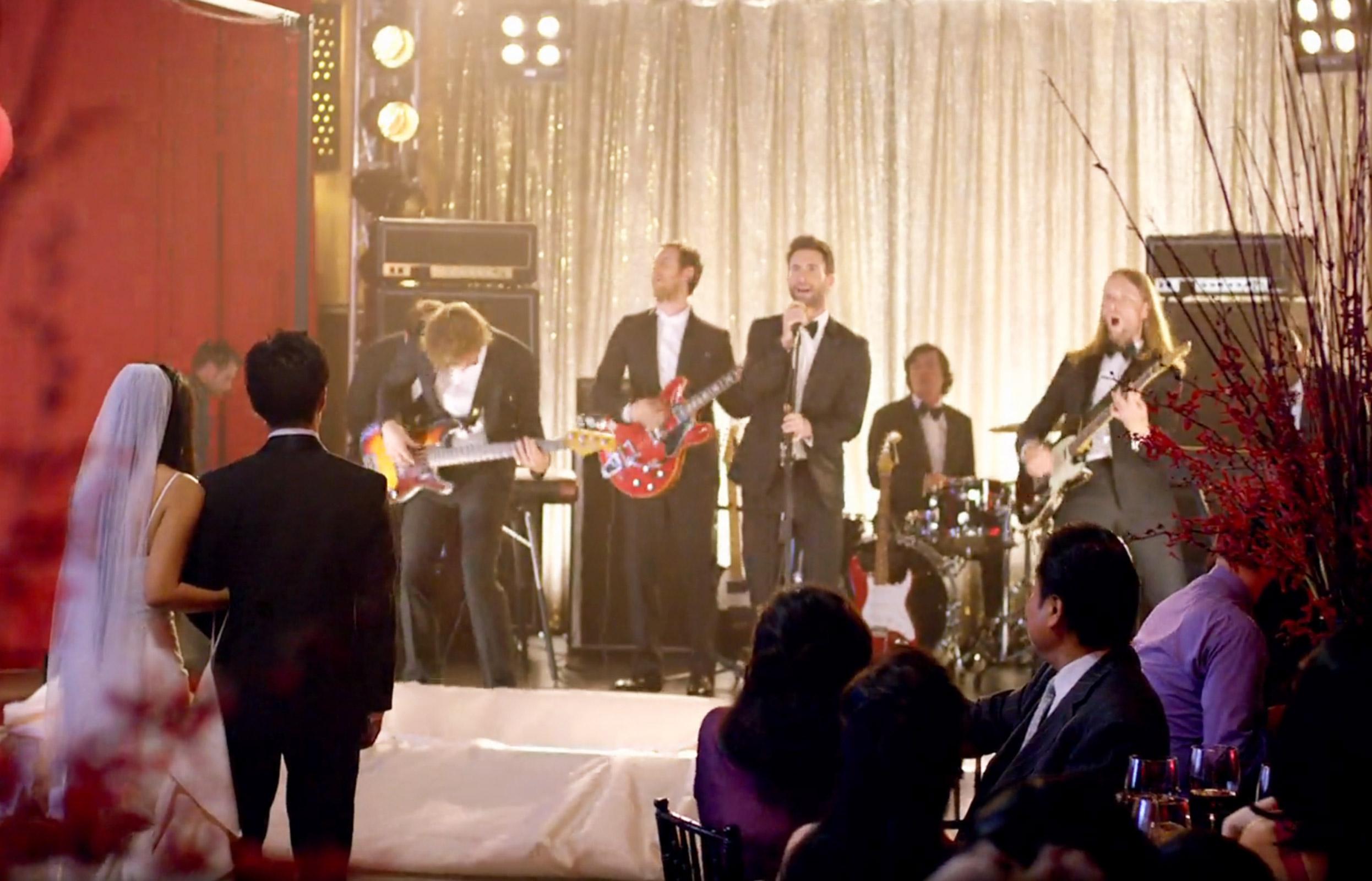 """Най-готиният сватбен подарък се казва """"Maroon 5"""" (ВИДЕО)"""