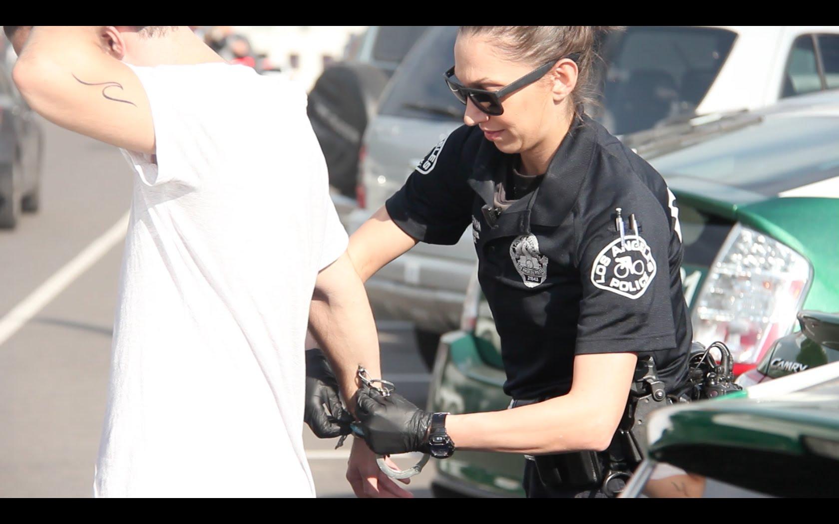 Да преметнеш полицаи с кока (ВИДЕО)