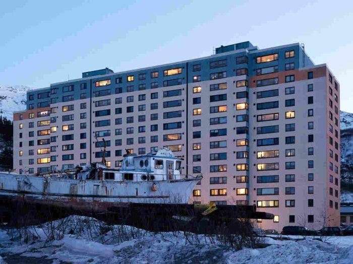 Всички жители на град Уитиър живеят в една сграда (СНИМКИ)