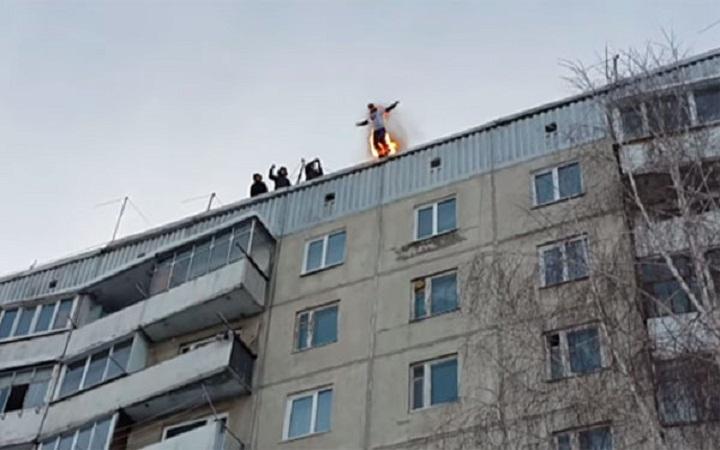 Руснак се самозапали и скочи от покрива на блок, жив е и мърда! (ВИДЕО)