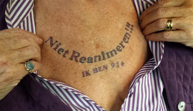 91-годишна баба си татуира на гърдите послание към доктори (СНИМКИ)