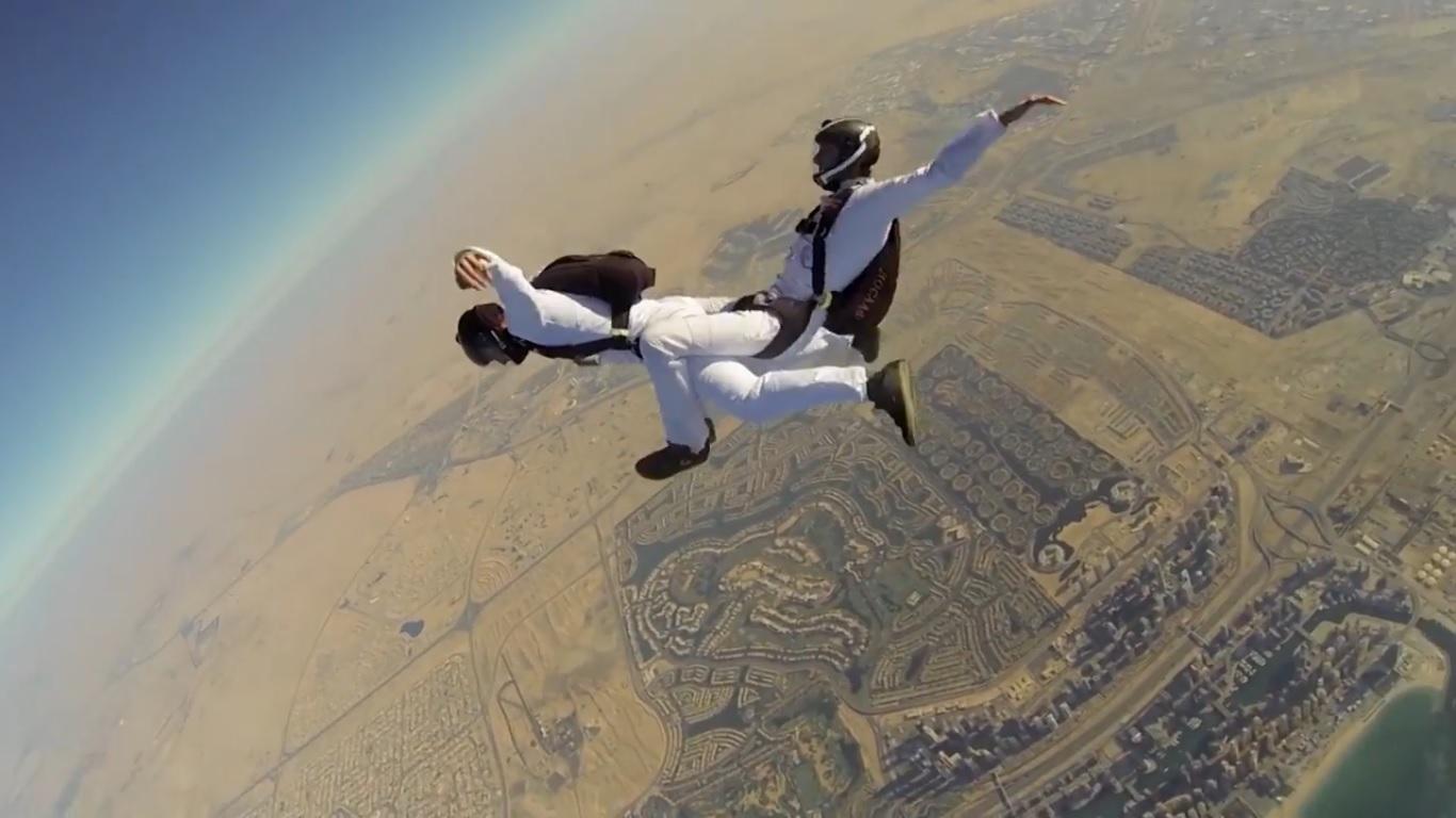 Да се правиш на интересен в небето над Дубай (ВИДЕО)