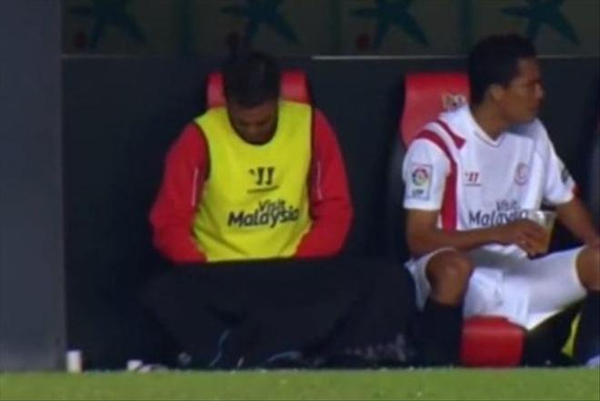 Футболист се облекчи на резервната скамейка (ВИДЕО)