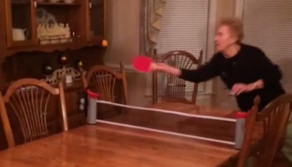 Баба играе пинг-понг с опасност за живота (ВИДЕО)