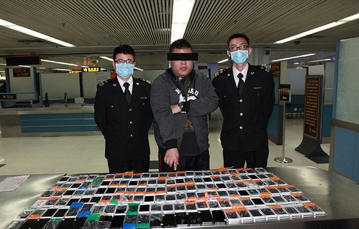 Той се опита да премине покрай митничари с 146 айфона по тялото си (СНИМКИ)