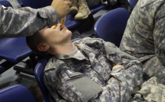 Не заспивай, ако си в армията! (ВИДЕО)