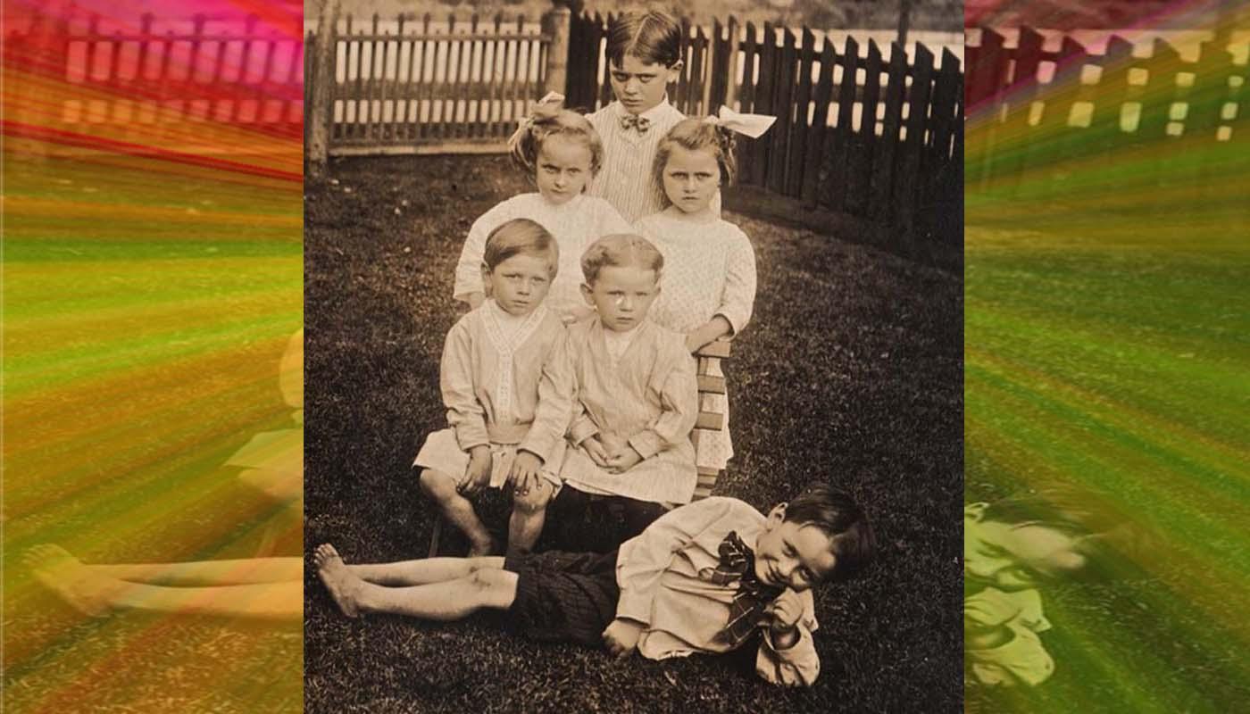 Черно-бели снимки на близнаци, които плашат