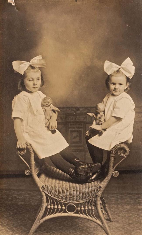 Черно-бели снимки на близнаци, които ти спичат лайното