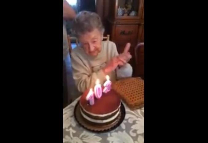 102 годишна старица се опита да духне свещичките, но… (ВИДЕО)