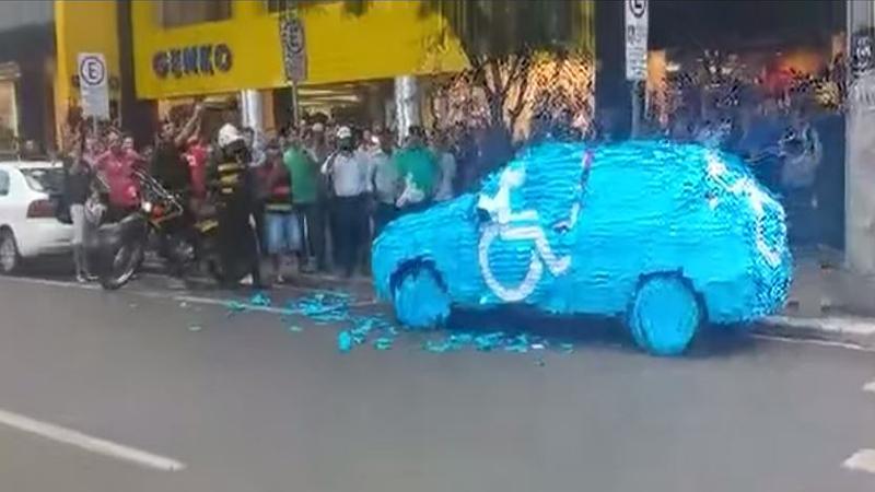 Така става, когато паркираш на място за инвалиди (ВИДЕО)
