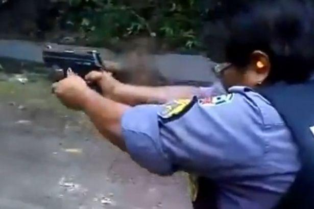 Внимавай! Пистолетът дава откат (ВИДЕО И ТЪП ТЕКСТ)
