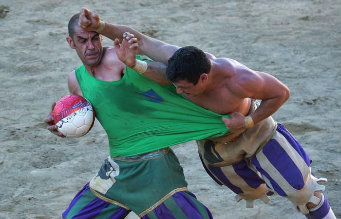 """""""Историческият футбол"""" в Италия включва бой от """"300"""" и топка (СНИМКИ)"""
