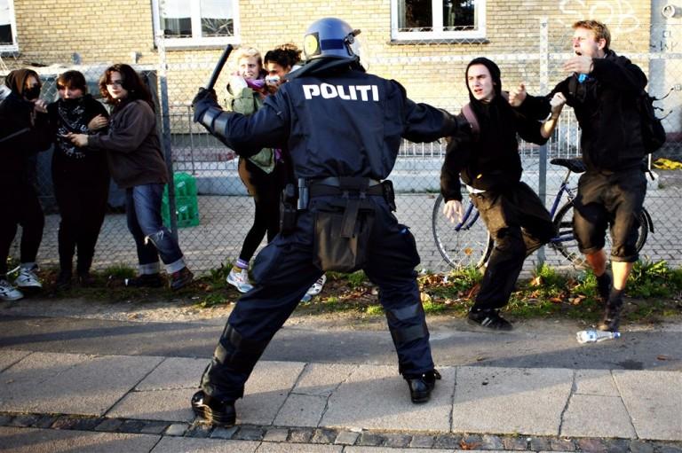 Полицията бие, щото може бе, брато!