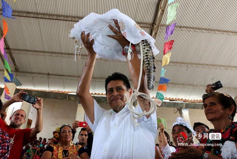 Кмет се ожени за истински крокодил (СНИМКИ)