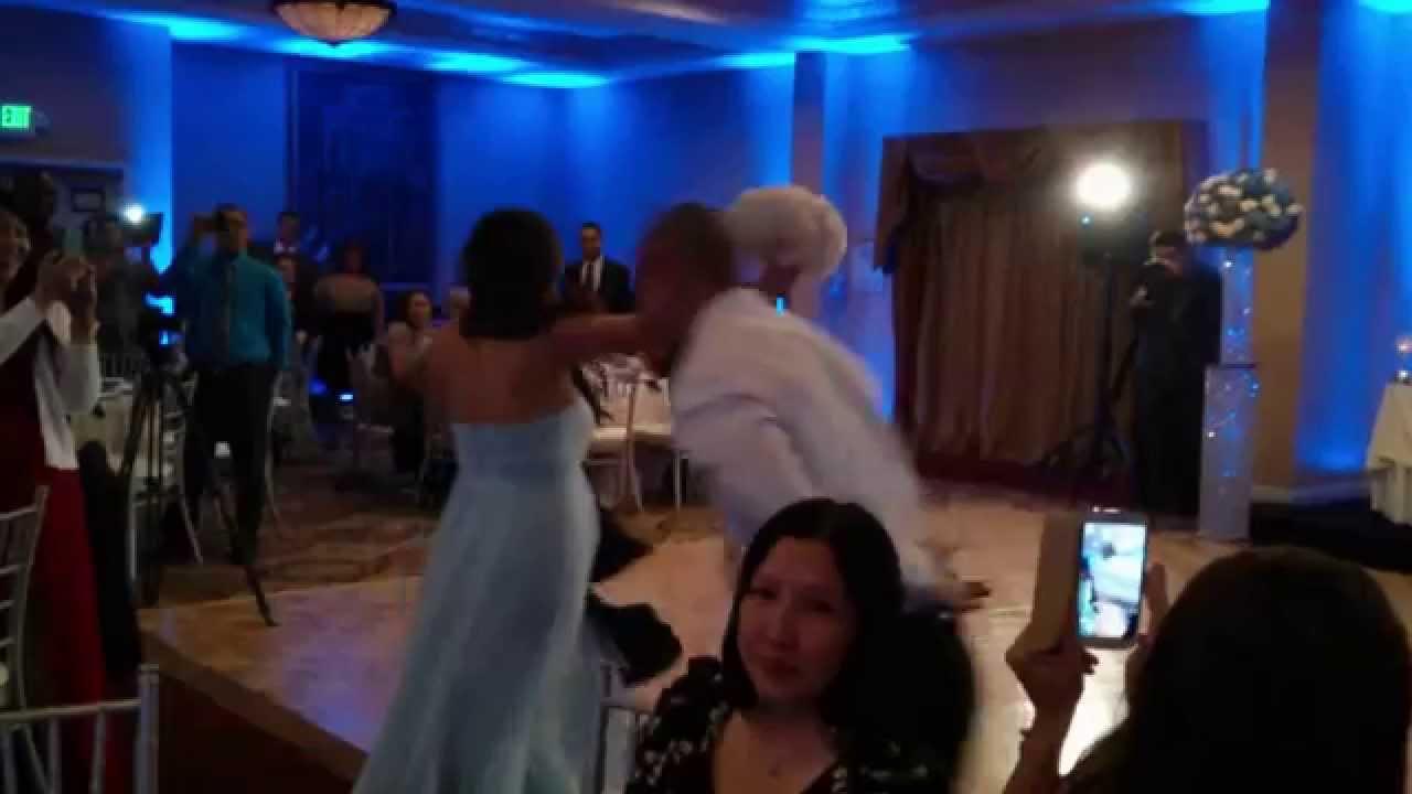 Най-болезненият първи танц на младоженци (ВИДЕО)