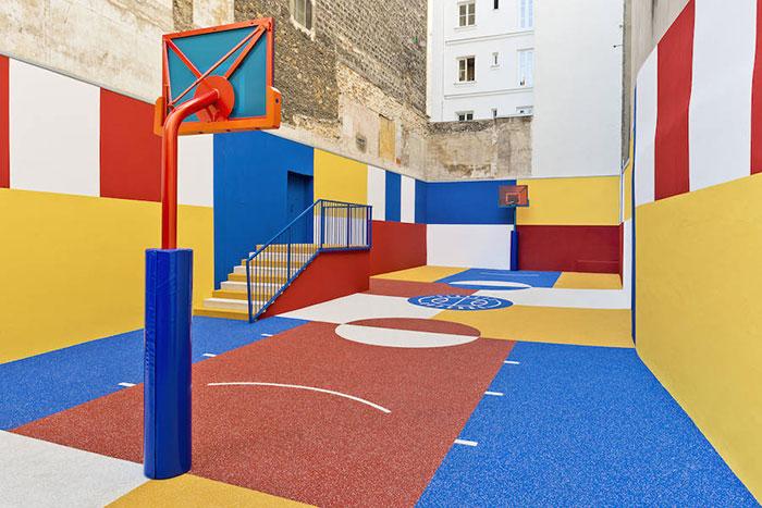 Шумоизолираното баскетболно игрище в Париж, което впечатли света