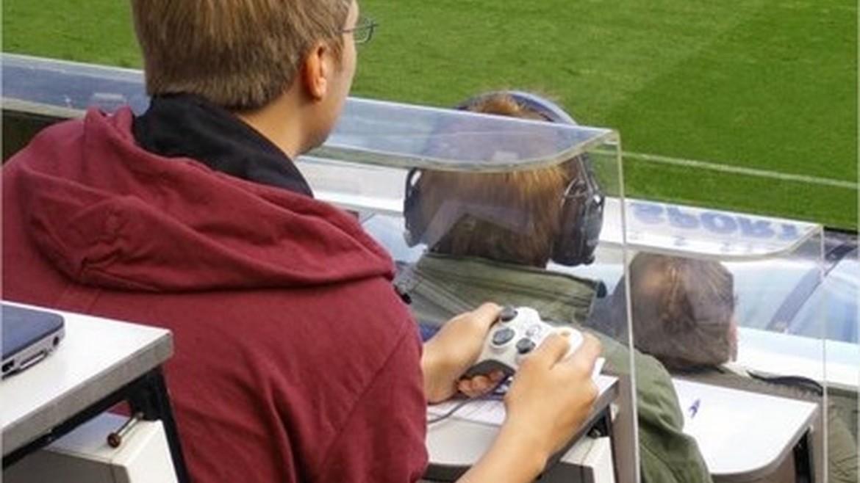 Той си внесе джойстик от Xbox на мача Нюкасъл – Арсенал