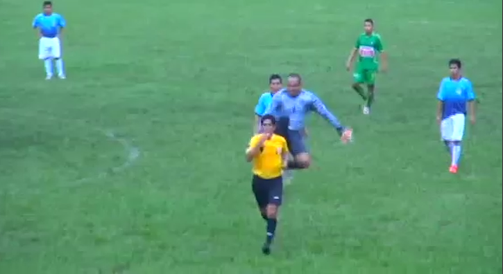 Как бият футболните съдии по света (ВИДЕО)