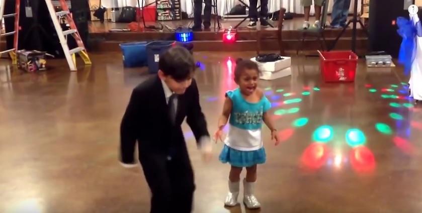 Внимание: Не танцувай така, води до тежки травми и много срам (ВИДЕО)