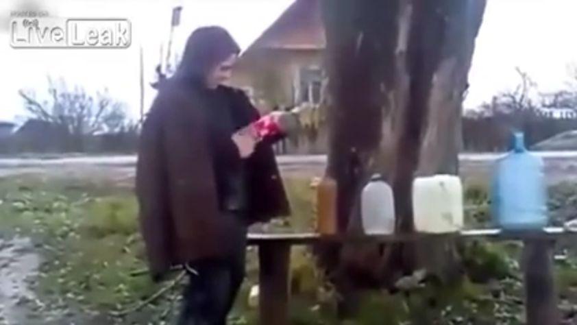 Руски дебил взривява бутилки с газ (ВИДЕО)
